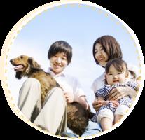 子供と犬を抱えた夫婦
