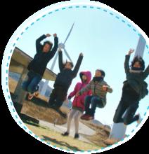 5人でジャンプしている家族の写真
